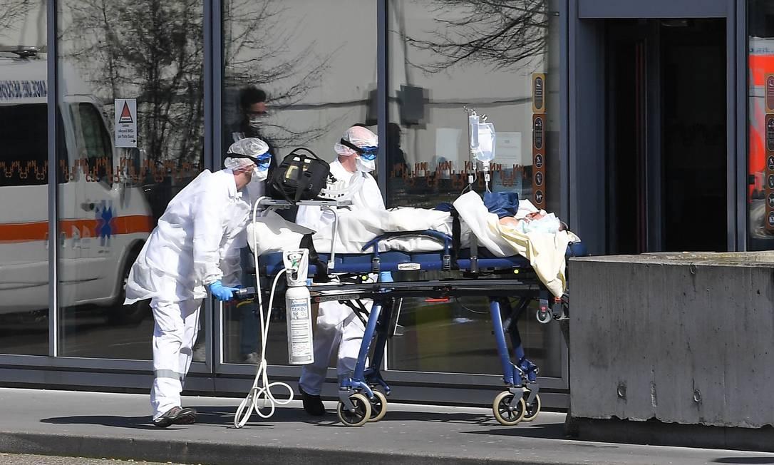 Paciente é levado para hospital em Strasbourg, na França. Foto: PATRICK HERTZOG / AFP
