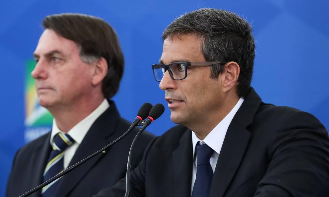 O presidente do Banco Central, Roberto Campos Neto, detalha pacote de financiamento de folha de pagamento de empresas ao lado do presidente Jair Bolsonaro. Foto: Marcos Corrêa/PR