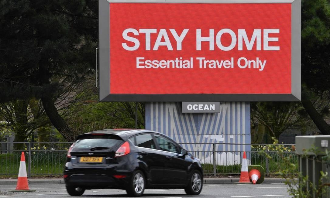 """No Reino Unido, sinal luminoso diz """"Fique em casa. Apenas viagens essenciais"""" Foto: PAUL ELLIS / AFP"""