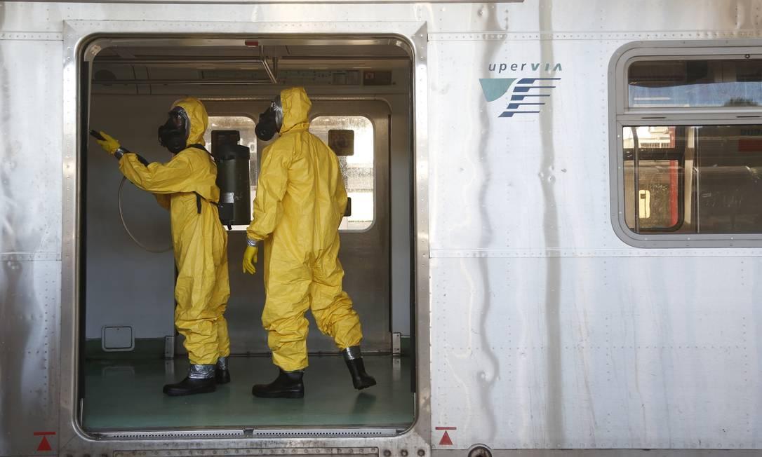 Ação de desinfecção nos trens por militares Foto: Fabio Rossi / Agência O Globo / 26-03-2020