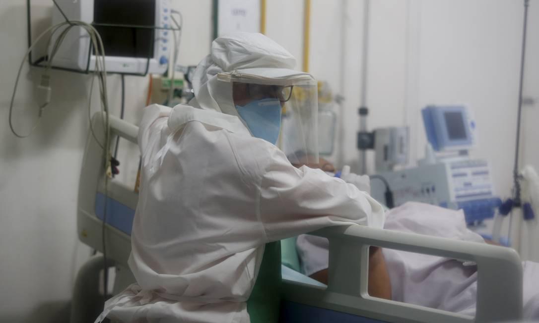 Enfermeira atende paciente no Hospital Municipal Luiz Gonzaga, em Miguel Pereira (RJ), onde foi registrada a morte de uma paciente por coronavírus Foto: Fabiano Rocha/20-3-2020