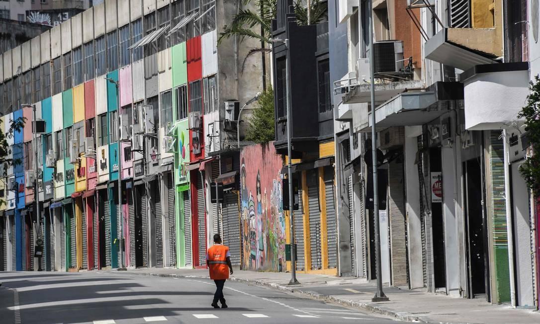 Impacto. Comércio fechado em São Paulo por causa do isolamento social adotado para combater o coronavírus: gasto para enfrentar os problemas iniciais da pandemia pode chegar a 10% do PIB Foto: Nelson Almeida / AFP