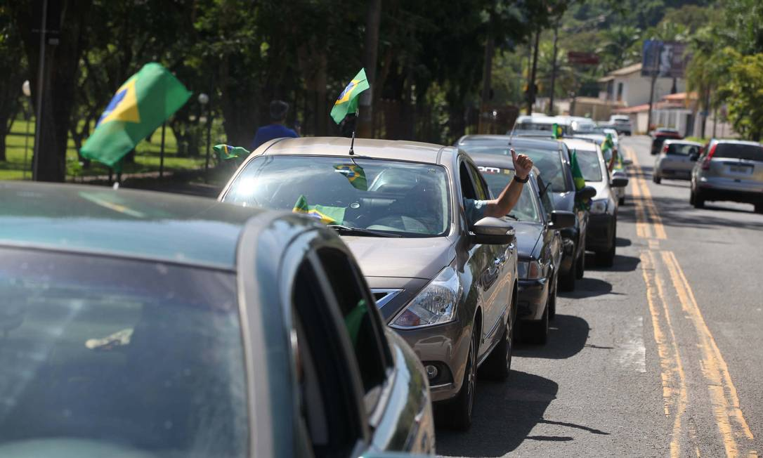 Carreata em Piracicaba (SP), em defesa do presidente Bolsonaro: manifestantes pediram volta ao trabalho Foto: PAULO RICARDO/FUTURA PRESS
