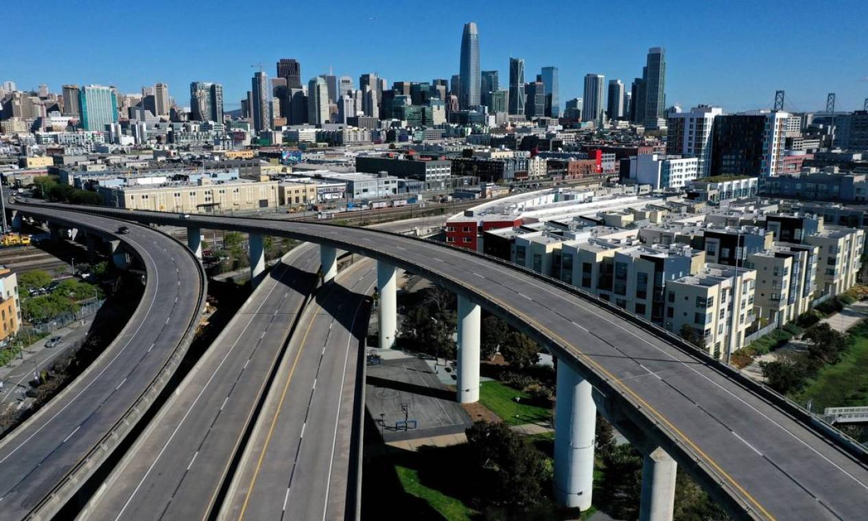 Poucos carros passam pela 280 interestadual, levando a São Francisco, Califórnia Foto: JUSTIN SULLIVAN / AFP
