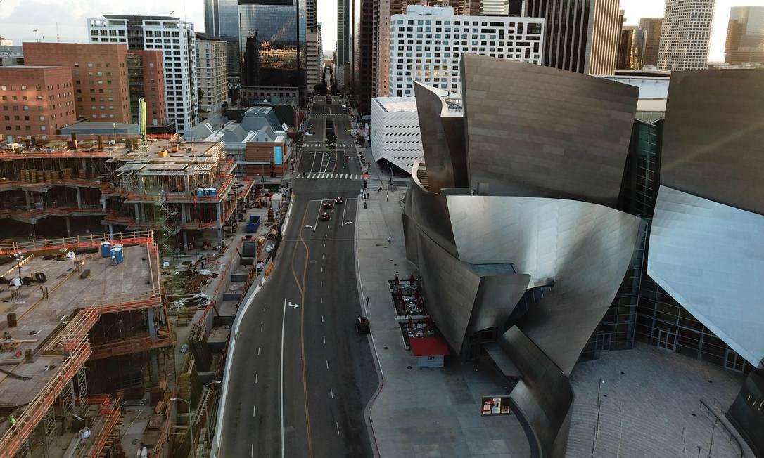 Uma Grand Avenue quase deserta no centro de Los Angeles, Califórnia, olhando para o sul a partir do Walt Disney Concert Hall Foto: ROBYN BECK / AFP