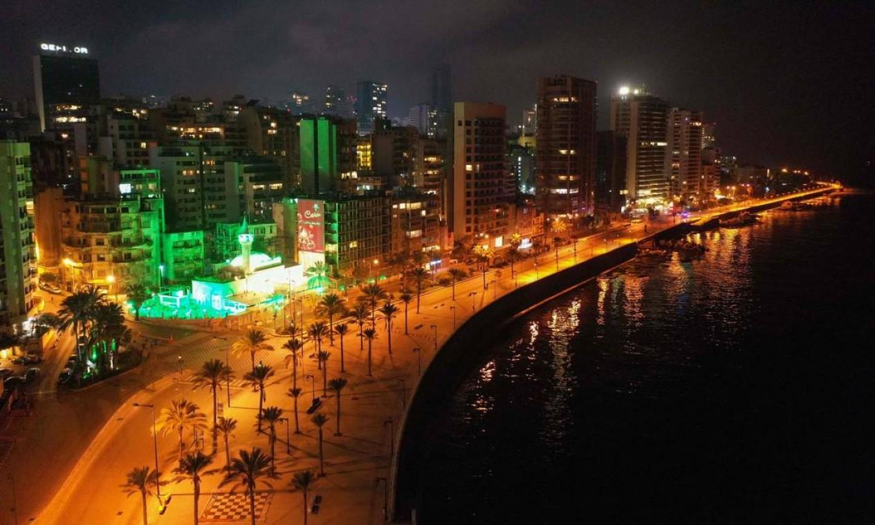 A Corniche Beirute, vazia durante toque de recolher, no Líbano Foto: - / AFP
