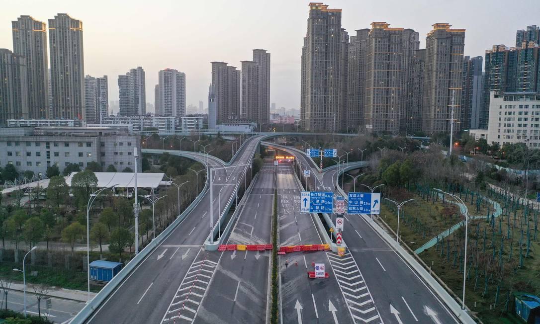 Rua vazia em Wuhan, na província central de Hubei, na China, primeiro epicentro do novo surto de coronavírus Foto: STR / AFP
