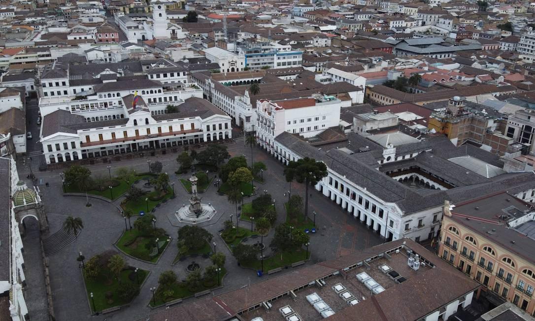 Praça Plaza Grande vazia, com o palácio presidencial de Carondelet, em Quito, no Equador Foto: RODRIGO BUENDIA / AFP