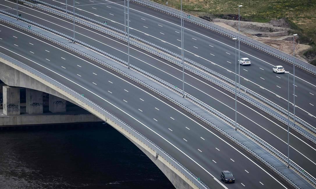A rodovia A1 quase vazia perto de Muiden. A União Européia fechou suas fronteiras na quarta-feira para tentar travar a propagação feroz da pandemia de coronavírus Foto: ROBIN VAN LONKHUIJSEN / AFP