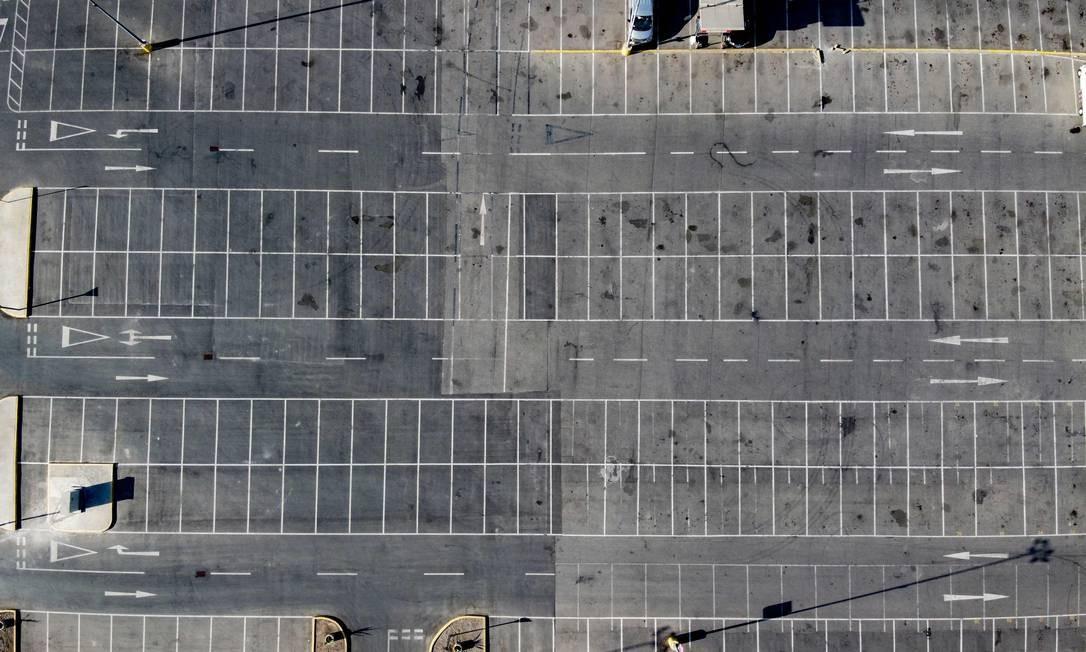 Estacionamento vazio de um shopping center em Santiago, no Chile Foto: MARTIN BERNETTI / AFP