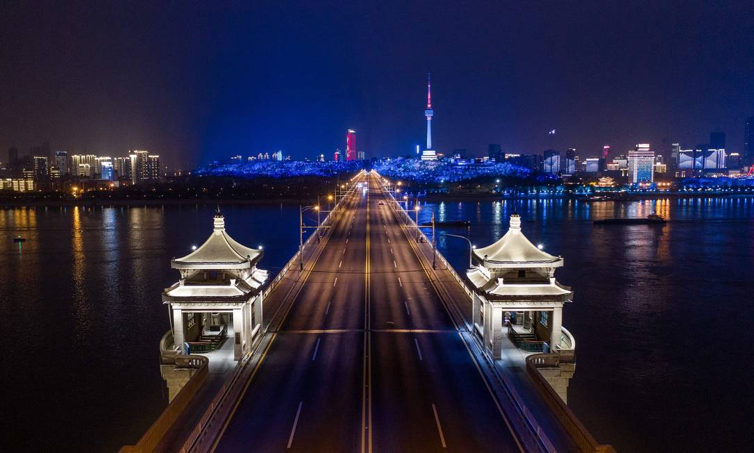 Ponte do rio Wuhan Yangtze vista à noite, em Wuhan na China Foto: STR / AFP