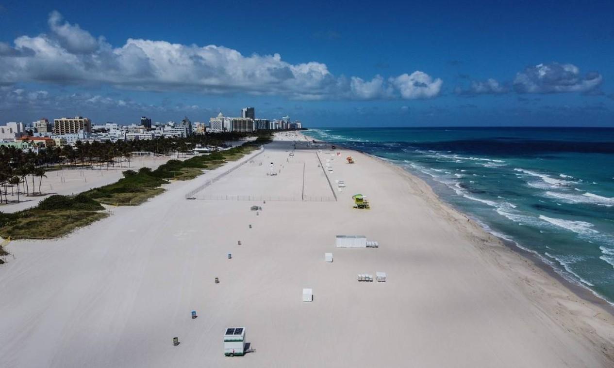 Praia de Miami Beach, Flórida, deserta em 20 de março Foto: CHANDAN KHANNA / AFP