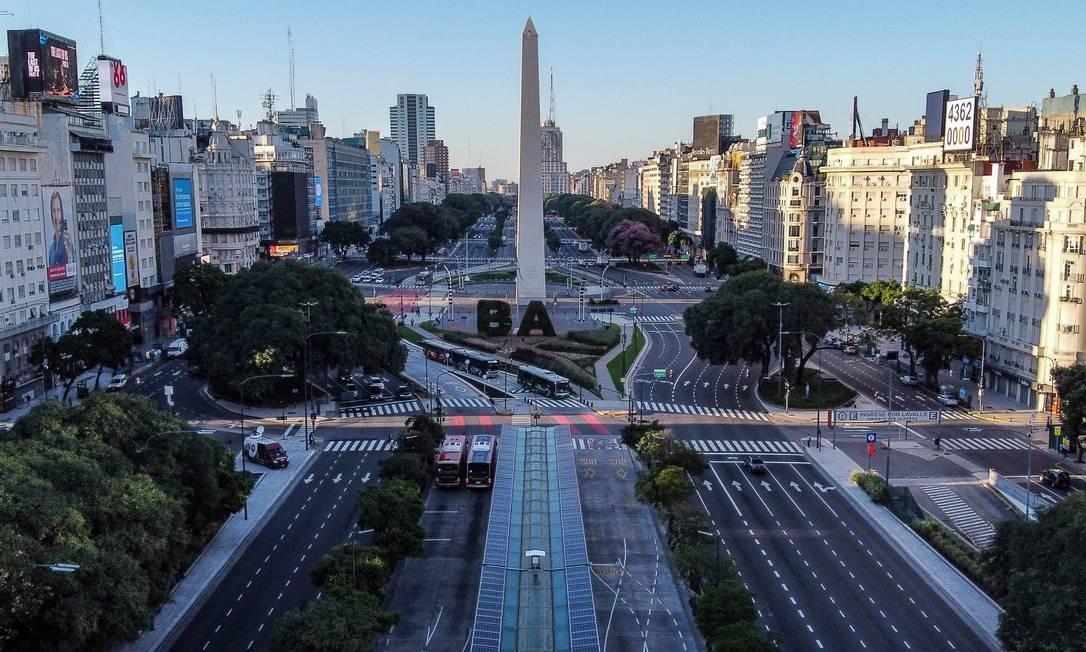 Avenida 9 de Julio vazia, em Buenos Aires Foto: RONALDO SCHEMIDT / AFP
