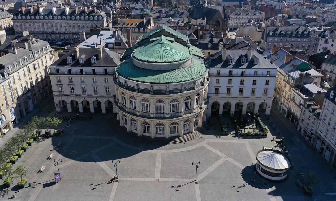 Praça vazia do centro da cidade de Rennes, na França Foto: DAMIEN MEYER / AFP