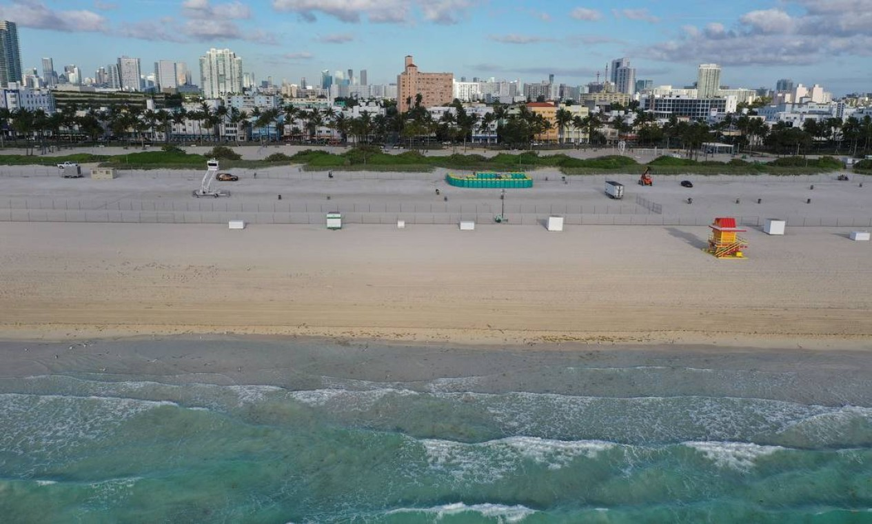 Praia deserta em Miami Beach, Flórida. As autoridades da cidade de Miami Beach fecharam a área da praia que é popular entre os estudantes de faculdade e pediram que se abstivessem de grandes reuniões Foto: JOE RAEDLE / AFP