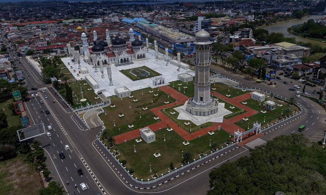 A grande mesquita vazia de Baiturrahman, em meio a preocupações com o novo coronavírus, em Banda Aceh, na Indonésia Foto: CHAIDEER MAHYUDDIN / AFP