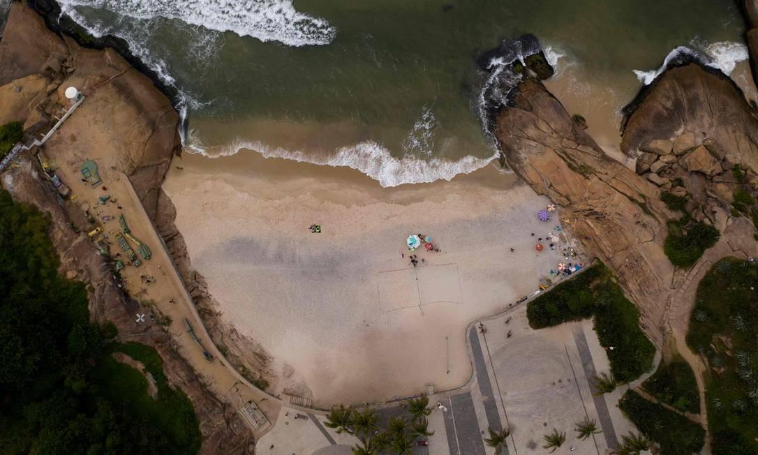 Pessoas que ainda desfrutam da Praia do Diablo, no Rio de Janeiro, Brasil Foto: MAURO PIMENTEL / AFP