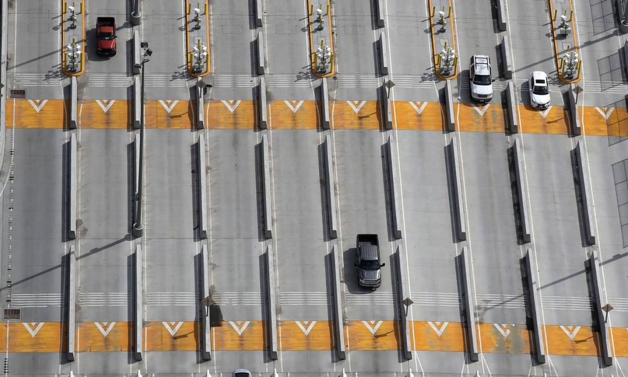 Motoristas atravessam o México dos Estados Unidos através do ponto de entrada El Chaparral, durante a pandemia de coronavírus, em San Diego, Califórnia Foto: Sean M. Haffey / AFP
