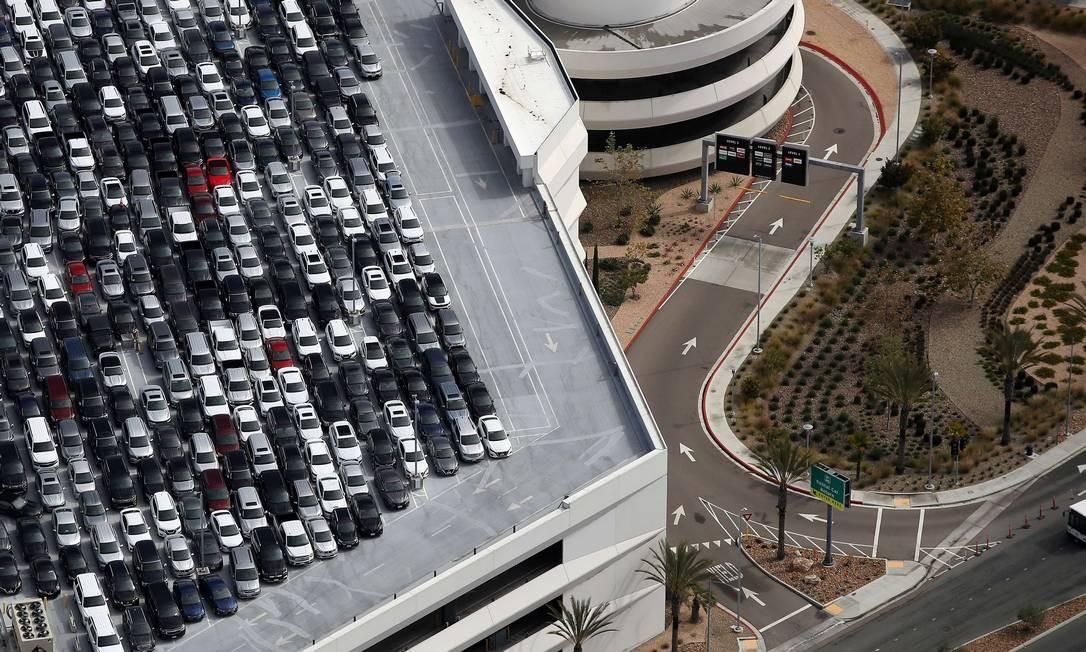Carros estacionados no Centro de Aluguel de Carros no Aeroporto Internacional de San Diego, Califórnia. O turismo em San Diego diminuiu drasticamente devido à ameaça contínua do surto de coronavírus Foto: Sean M. Haffey / AFP