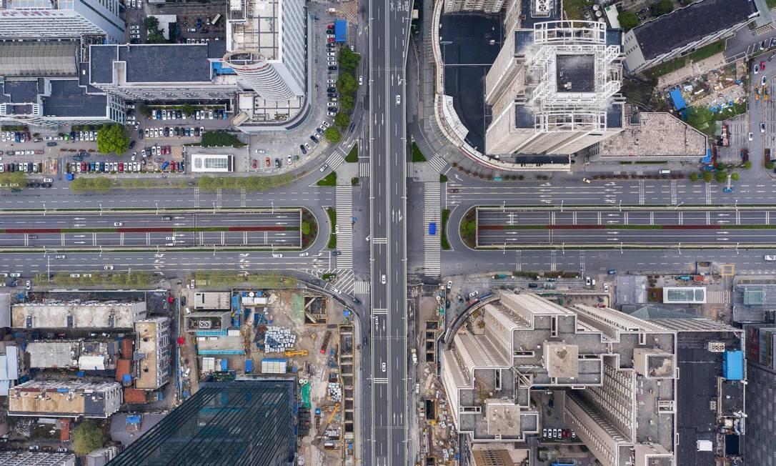 Estradas quase vazias em Wuhan, na China Foto: STR / AFP