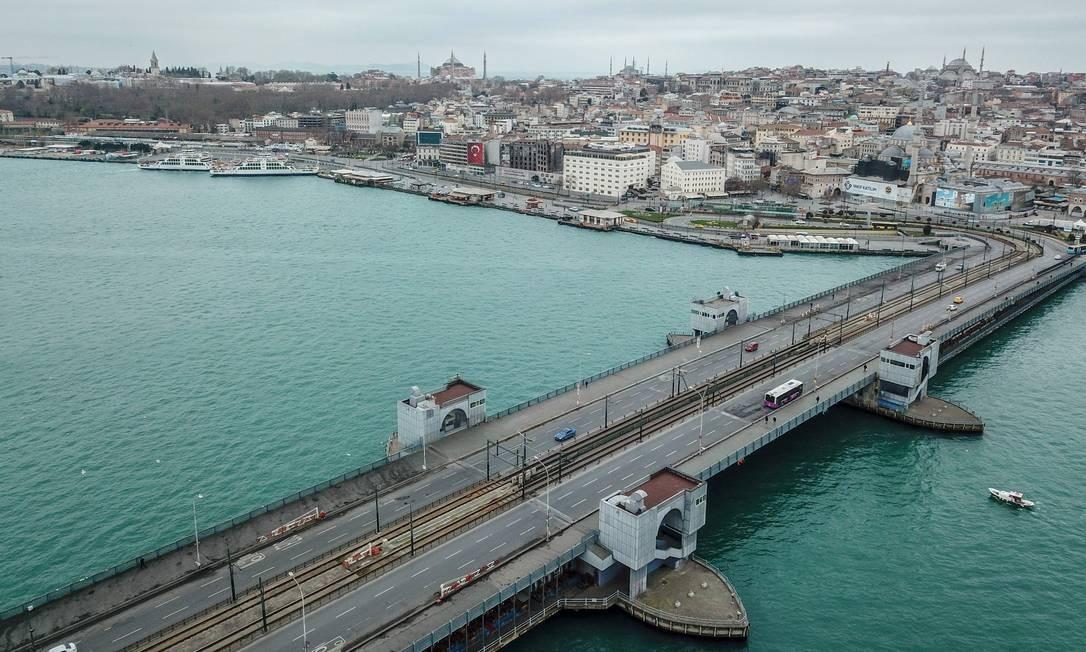 A ponte Gálata, no centro de Istambul, deserta devido ao novo surto de Covid-19 Foto: BULENT KILIC / AFP