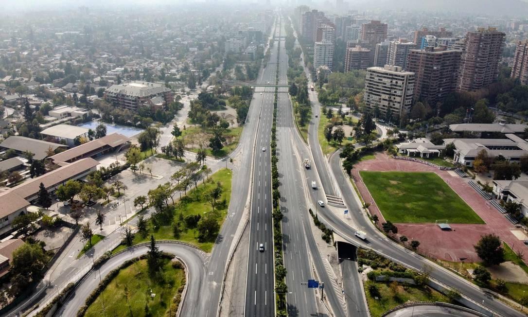 Avenida Kennedy vazia, em Santiago, Chile Foto: MARTIN BERNETTI / AFP