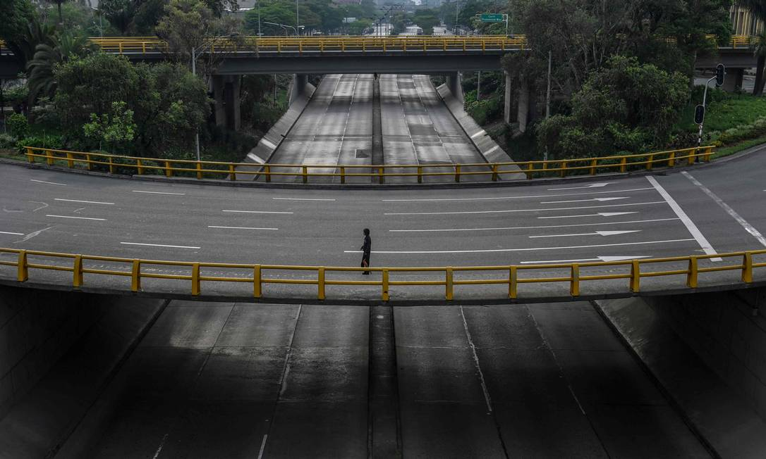Estradas vazias em Medellín, Colômbia Foto: JOAQUIN SARMIENTO / AFP