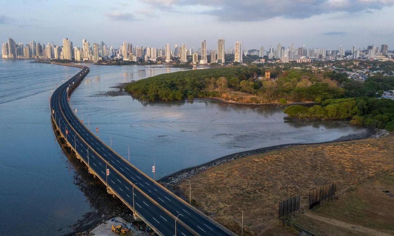 Um estrada vazia na Cidade do Panamá Foto: LUIS ACOSTA / AFP