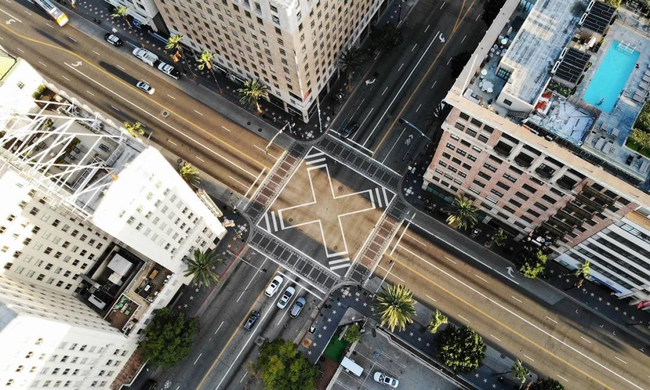 Interseção de Hollywood e Vine, pouco antes do pôr do sol, com tráfego mais leve que o normal, em Los Angeles, Califórnia Foto: MARIO TAMA / AFP