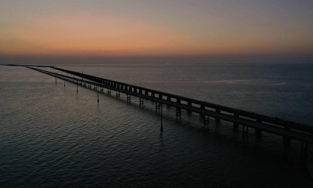 Ponte das Sete Milhas, em Key West, Flórida. Maioria dos turistas deixou a cidade , que fechou fechou hotéis ou aluguéis de férias de curto prazo e pediu que os restaurantes apenas servissem comida para viagem. Praias e parques também foram fechados Foto: JOE RAEDLE / AFP