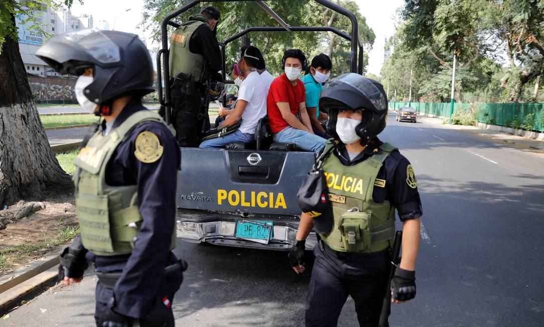 Peruanos são detidos por violar quarentena Foto: STRINGER / REUTERS