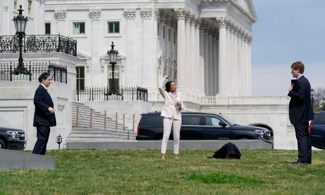 Representantes democratas dos EUA praticam distanciamento social enquanto discutem medidas para combater o novo coronavírus, no Capitólio dos EUA, em Washington Foto: ALEX EDELMAN / AFP