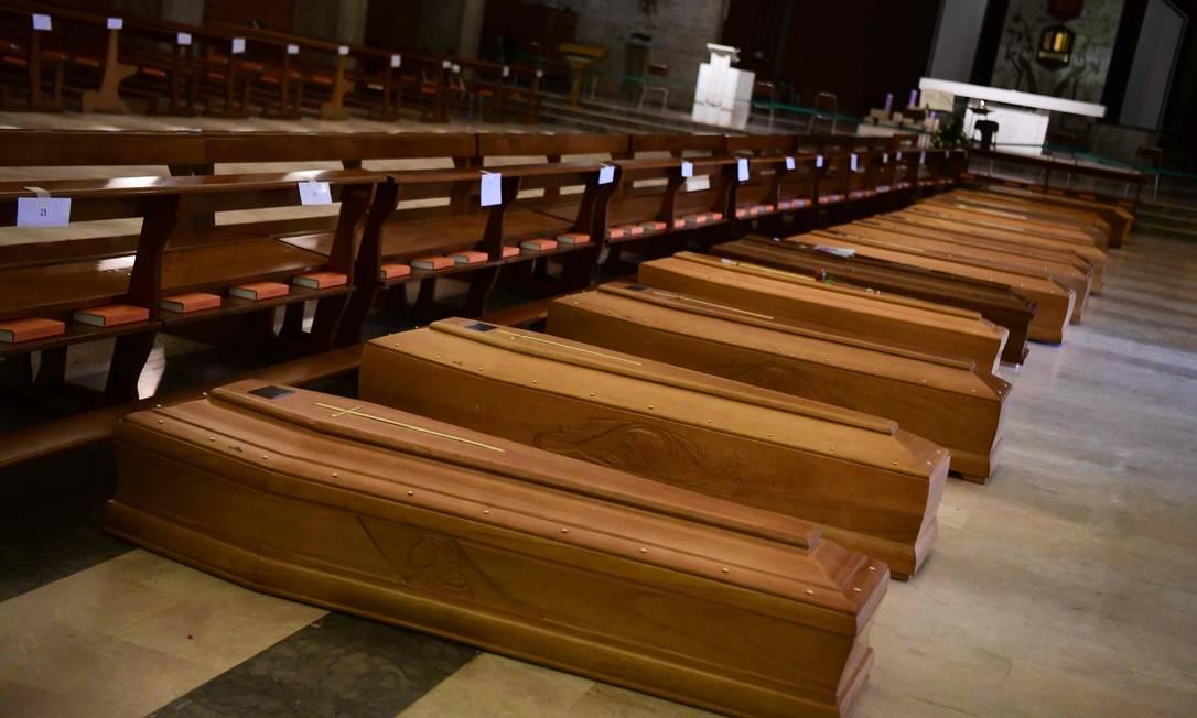 Caixões são armazenados na igreja de San Giuseppe em Seriate, perto de Bergamo, na Lombardia Foto: PIERO CRUCIATTI / AFP/26-03-2020