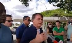 Bolsonaro durante conversa com imprensa e apoiadores em frente ao Alvorada Foto: Reprodução