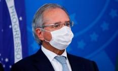 O ministro Paulo Guedes usa máscara facial durante uma coletiva de imprensa, no Palácio do Planalto Foto: AFP/18-03-2020