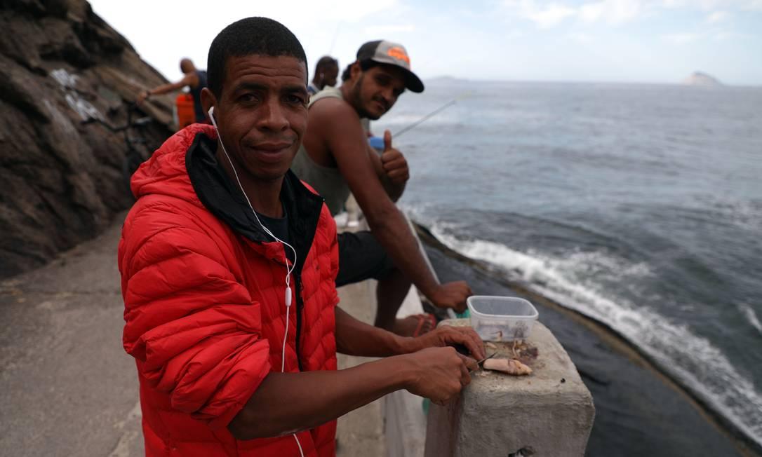 No Leme, Luiz Carlos Nascimento era um dos frequentadores do costão dos pescadores Foto: Fabio Motta / Agência O Globo