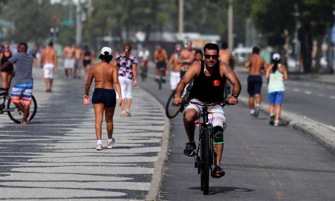 O calçadão da praia de Copacabana teve movimento Foto: Fabio Motta / Agência O Globo