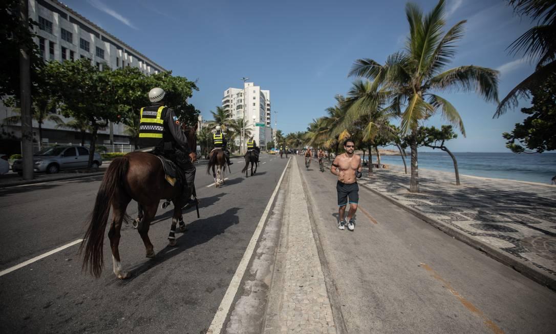 Policiamento nas areias e orla da Praia de Ipanema Foto: BRENNO CARVALHO / Agência O Globo