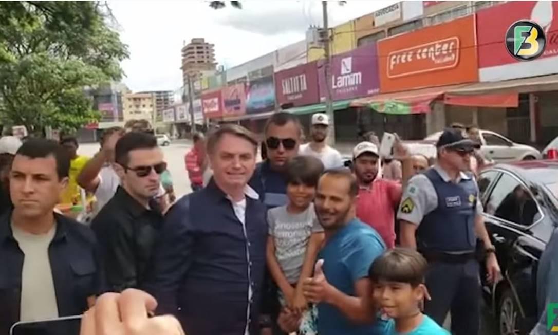 O presidente Jair Bolsonaro cumprimenta populares em cidades no entorno de Brasília, na manhã deste domingo Foto: Reprodução / Agência O Globo