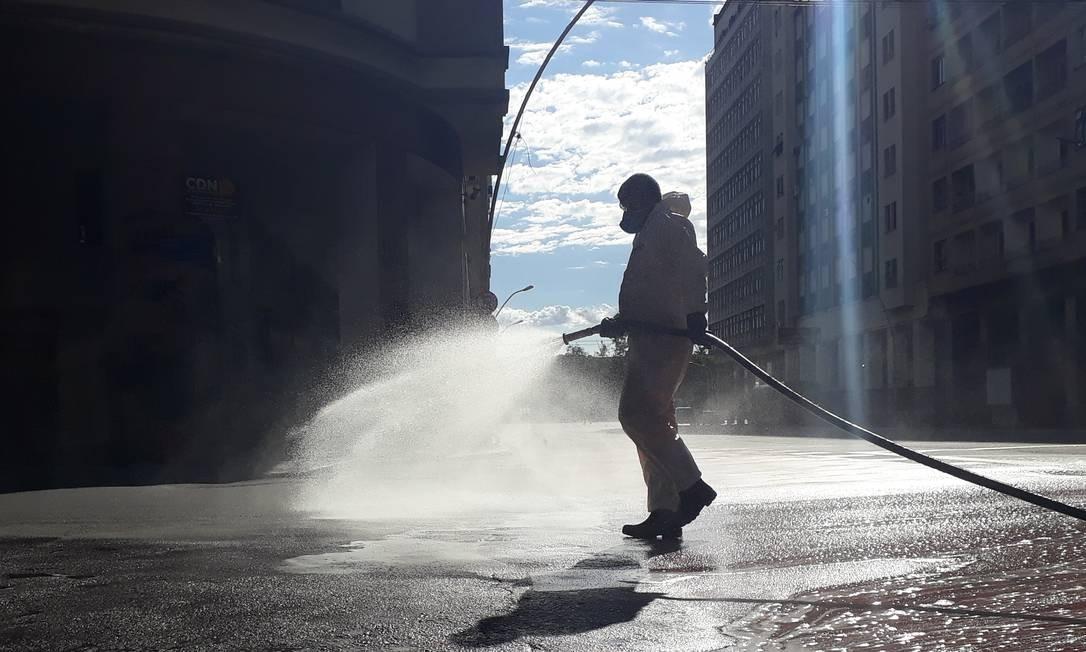 Higienização na Avenida Ernani do Amaral Peixoto em Niterói Foto: FABIO MOTTA / Agência O Globo