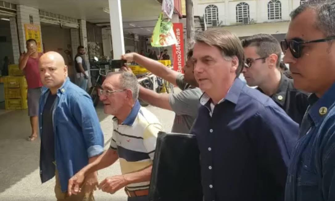 Presidente Jair Bolsonaro cumprimenta populares em cidades no entorno de Brasília Foto: Reprodução / Twitter