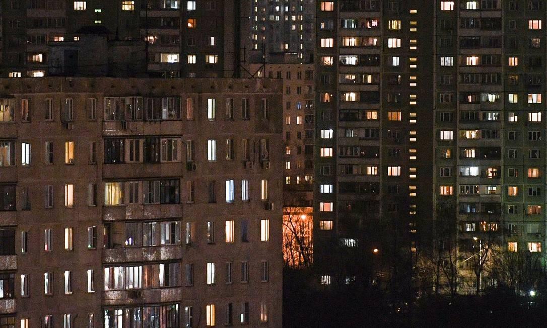 Moradores de Moscou em seus apartamentos, horas antes da 'quarentena parcial' na cidade entrar em vigor Foto: KIRILL KUDRYAVTSEV / AFP