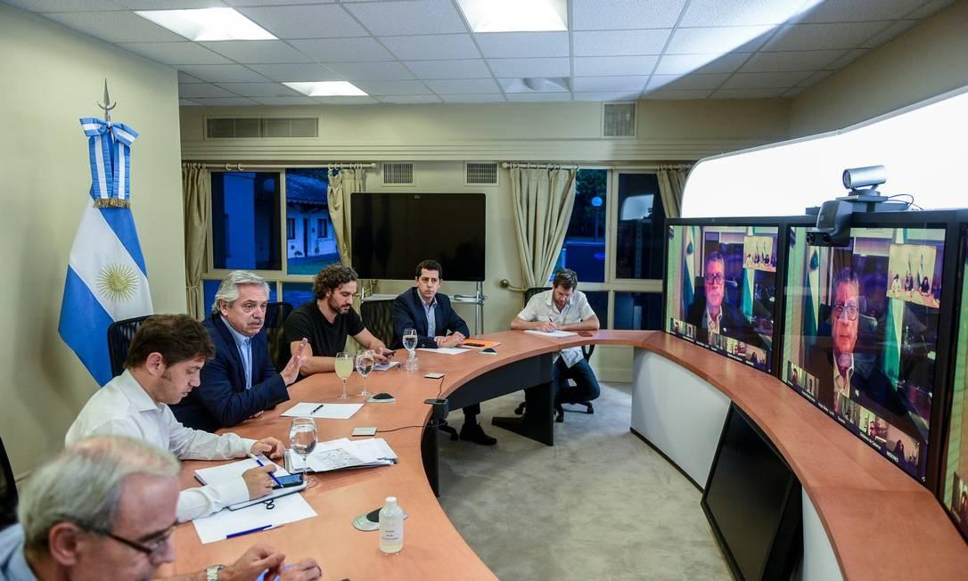 Presidente da Argentina, Alberto Fernández (terceiro da direita para a esquerda) participa de reunião com integrantes do gabinete e conselheiros médicos e científicos Foto: Presidência da Argentina / AFP