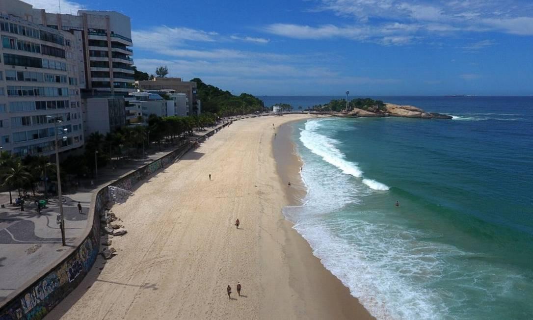 No Arpoador, poucos banhistas circularam e voltaram para a água logo depois que os PMs passaram Foto: FABIO MOTTA / Agência O Globo