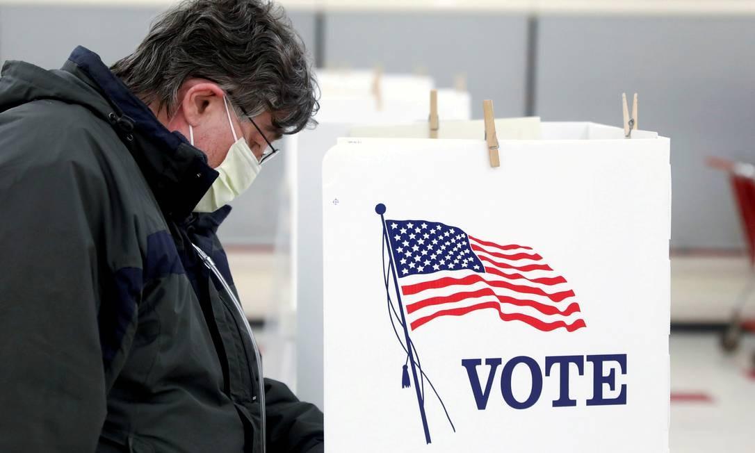 Eleitor vota durante as primárias de Illinois, no dia 17 de março Foto: Daniel Acker / REUTERS