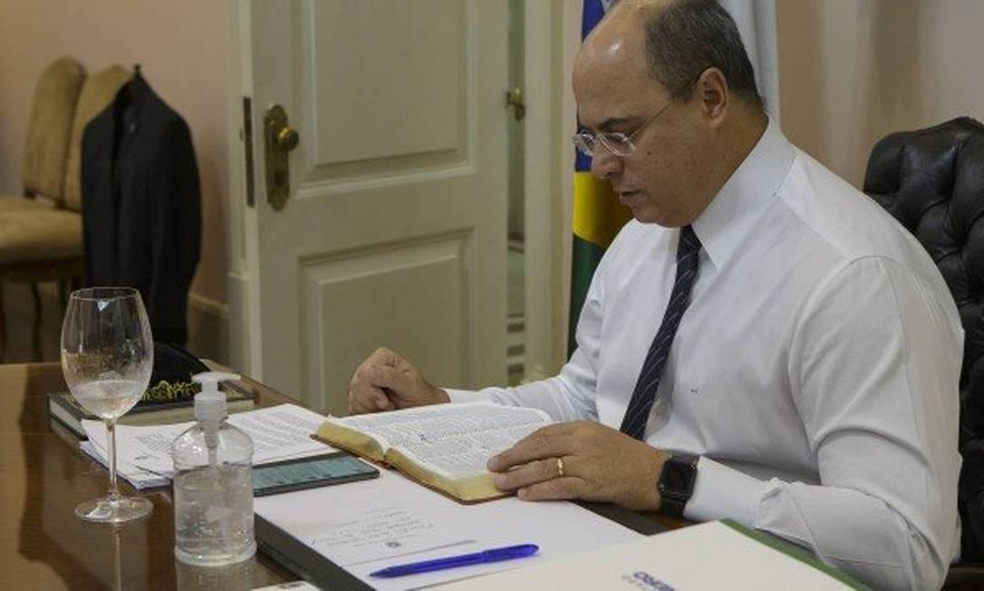 Governador do Rio, Wilson Witzel, assina lei que proíbe cobrança de multas e taxas para cancelar ou remarcar eventos e viagens Foto: Alexandre Cassiano/18-03-2020