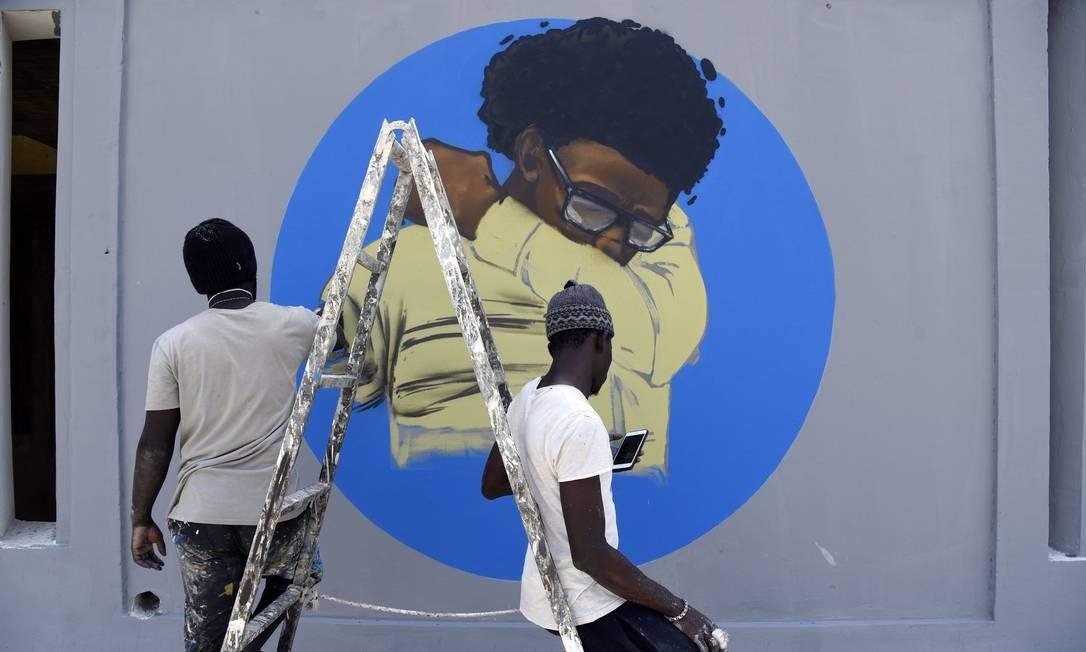 Os muros da Universidade Cheikh Anta Diop, em Dakar, capital do Senegal, recebeu grafite sobre etiquetas de como lidar com espirro ou tosse, sintomas do novo coconavírus que podem contaminar facilmente o ambiente Foto: SEYLLOU / AFP