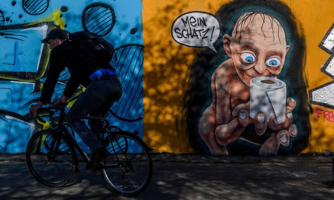 Muro em Berlim, na Alemanha, recebe sátira com personagem Smeagle, do filme 'O senhor dos anéis', sobre a corrida de pessoas para estocar itens de higiene pessoal – o papel higiênico chegou a faltar em diversas partes do mundo Foto: JOHN MACDOUGALL / AFP