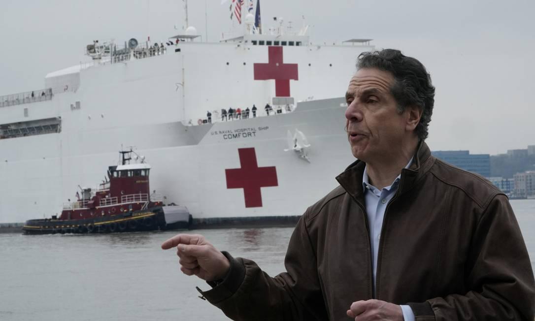 Andrew Cuomo, recebendo navio hospital no porto de Nova York Foto: CARLO ALLEGRI / REUTERS