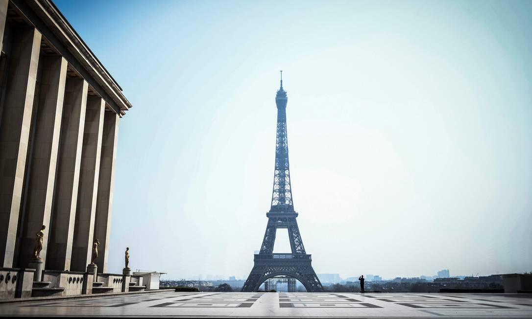 Praça em frente à Torre Eiffel deserta por causa do novo coronavírus Foto: STEPHANE DE SAKUTIN / AFP